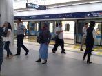 para-penumpang-kereta-mrt-jakarta-baru-turun-di-stasiun-mrt-bundaran-hi-jakarta-pusat.jpg