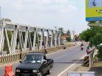 para-penyapu-koin-di-jembatan-sewo-kabupaten-indramayu-1.jpg