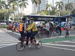 para-pesepeda-sedang-menunggu-lampu-hijau-di-jalan-mh-thamrin-jakarta-pusat.jpg