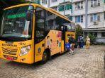 pasien-terkonfirmasi-covid-19-ke-rs-menggunakan-bus-sekolah-pemprov-dki-jakarta.jpg