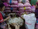 pedagang-bawang-putih-di-pasar-induk-kramat-jati-jakarta-timur-senin-322020.jpg