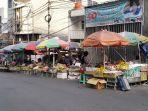 pedagang-kaki-lima-pkl-yang-berjualan-buah-buahan-di-area-luar-pasar-tanah-abang.jpg