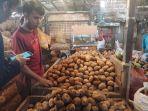 pedagang-kentang-di-pasar-induk-kramat-jati.jpg