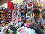 pedagang-mainan-pasar-asemka.jpg