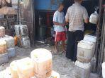 pedagang-minyak-curah-di-pasar-baru-bekasi-jumat-632020.jpg