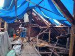 pekerja-bangunan-saat-memperbaiki-atap-rumah-di-matraman.jpg