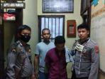 pelaku-ha-39-baju-ungu-saat-diamankan-di-kantor-polisi.jpg