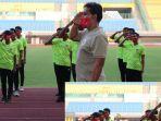 pelatih-kepala-timnas-u-16-indonesia-bima-sakti-menjadi-pembina-upacara.jpg