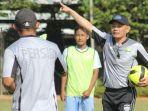 pelatih-persib-b-liestiadi-saat-memimpin-latihan-di-lapangan-sepak-bola-saraga-itb.jpg