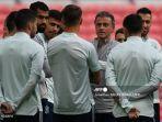 pelatih-spanyol-luis-enrique-tengah-memimpin-sesi-latihan-euro-2020.jpg