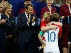 pemain-tim-sepak-bola-kroasia-luka-modric-mendapat-pelukan-dari-presiden-kroasia_20180717_190108.jpg