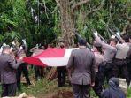 pemakaman-briptu-hairul-tamimi-polisi-yang-tewas-ditembak-rekannya-di-lombok-timur.jpg