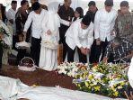 pemakaman-ibu-sby-siti-habibah-di-tpu-tanah-kusir-2.jpg
