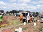 pemakaman-jenazah-sesuai-protap-covid-19-saat-lebaran-di-tpu-tegal-alur.jpg