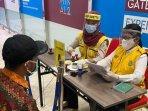 pemeriksaan-dokumen-calon-penumpang-di-terminal-2-bandara.jpg
