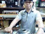 pemilik-kios-dunia-kopi-suradi-di-pasar-santa-kebayoran-baru-jakarta-selatan.jpg