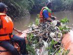 penampakan-sampah-yang-berhasil-diangkat-petugas-upk-badan-air-di-atas-perahu.jpg