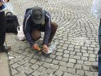 pengambilan-material-aspal-yang-masih-menempel-di-cobblestone-monas.jpg