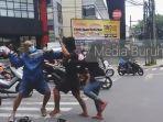 pengamen-jalanan-pengendara-motor-berkelahi-nih.jpg