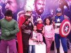 pengunjung-ancol-berfoto-bersama-polisi-yang-mengenakan-kostum-the-avengers.jpg