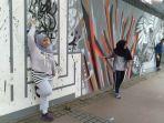 pengunjung-cfd-jakarta-bergaya-ala-foto-model-di-tembok-milik-institut-francais-indonesia.jpg