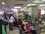 pengunjung-pasar-tanah-abang-blok-b-duduk-di-lantai.jpg