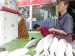 penjual-ikan-bandeng-di-sepanjang-jalan-sulaiman_20180213_135951.jpg