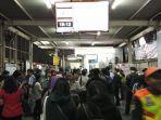 penumpukan-penumpang-di-stasiun-karet-pada-selasa-29102019-malam-karena-krl.jpg