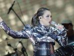 penyanyi-reza-artamevia-tampil-menghibur-penonton-di-festival-musik-tamagochill.jpg
