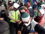 penyekatan-yang-dilakukan-polisi-di-stasiun-bekasi-2.jpg