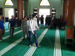 penyemprotan-cairan-disinfektan-di-masjid-agung-al-barkah-4.jpg
