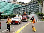 penyemprotan-disinfektan-di-bundaran-hotel-indonesia.jpg
