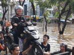 perahu-karet-dan-gerobak-jadi-alternatif-korban-banjir-untuk-evakuasi.jpg