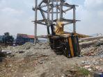 peristiwa-jatuhnya-mobil-crane-dan-tiang-beton-pembangunan-menara-terjadi-di-kota-depok.jpg