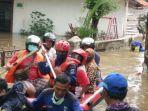 personel-damkar-jakarta-timur-saat-proses-evakuasi-warga-korban-banjir.jpg
