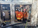 personel-damkar-jakarta-timur-saat-proses-pemadaman-api-jumat-2632021.jpg