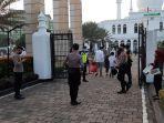 personel-kepolisian-di-depan-gerbang-utama-masjid-agung-al-azhar.jpg