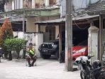 personel-kepolisian-melakukan-penjagaan-di-kediaman-john-kei.jpg