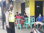 personel-polrestro-jakarta-timur-yang-berjaga-di-sekretariat-rw-07-kelurahan-cipinang-besar-utara.jpg