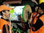 personel-ppsu-kelurahan-pondok-bambu-saat-menabuh-beduk.jpg
