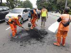 personel-ppsu-kelurahan-rawamangun-saat-membersihkan-sampah.jpg