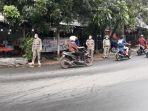 personel-satpol-pp-kelurahan-cibubur-mengatur-arus-lalu-lintas.jpg