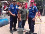 personel-sudin-pkp-jakarta-timur-saat-mengirimkan-bantuan-air-bersih-di-cipayung.jpg