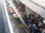personel-sudin-pkp-jakarta-timur-saat-proses-evakuasi-ayu-dari-lantai-dua.jpg