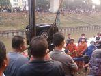 personel-sudin-pkp-jakarta-timur-saat-proses-evakuasi-mobil.jpg