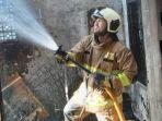 personel-sudin-pkp-jakarta-timur-saat-proses-pemadaman-api-di-rumah-yang-terbakar.jpg