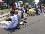 peserta-aksi-di-patung-kuda-jakarta-pusat-melaksanakan-salat-zuhur-di-jalan.jpg