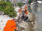 petuga-bersihkan-limbah-minyak-dari-pesisir-pulau-pramuka-dan-pulau-panggang.jpg
