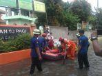 petugas-bantu-siswa-di-banjir.jpg