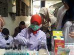 petugas-bpom-tengah-melakukan-pengujian-laboratorium-di-pasar-senen.jpg